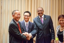 From left: Former Deputy Prime Minister and former Chair of the National Committee for AIDS, Drugs and Prostitution Prevention and Control Truong Vinh Trong, Deputy Prime Minister and Chair of the National Committee for AIDS, Drugs and Prostitution Prevention and Control Vu Duc Dam, and our UNAIDS Executive Director Michel Sidibé in a small meeting ahead of the 90-90-90 launch