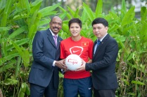 UNAIDS Executive Director Michel Sidibé, Captain of the National Woman Football Team Nguyen Thi Ngoc Anh and General Secretary of Viet Nam Football Federation Le Hoai Anh